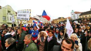 Protest Mělník Za návrat dětí do škol a školek bez podmínek - bez testů a roušek