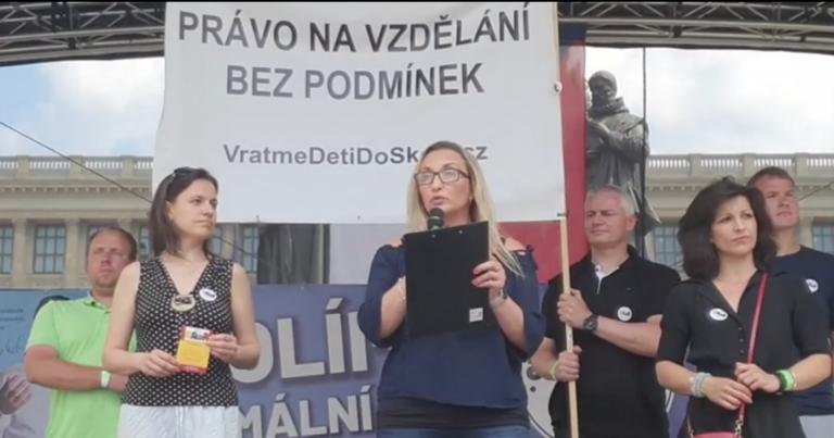 demonstrace za návrat dětí do škol bez podmínek vratme děti do školy